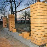 Забор с кирпичными столбами _1