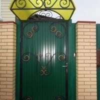 Ворота из профнастила с ковкой_2